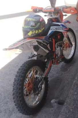 Se vende moto factory AK47 cilindraje 250. Año 2020. Al día dos meses de uso. Presio$2750