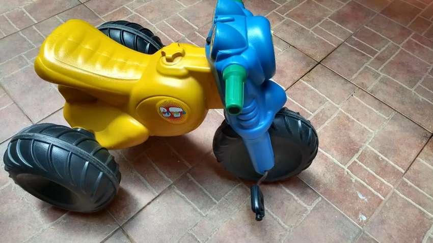 Triciclo moto de plástico montable 0