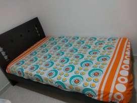 Vendo cama moderna en madera de 1.20 x 1.90