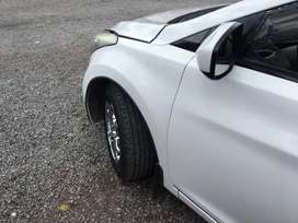 Hyundai Elantra blanco como nuevo único dueño