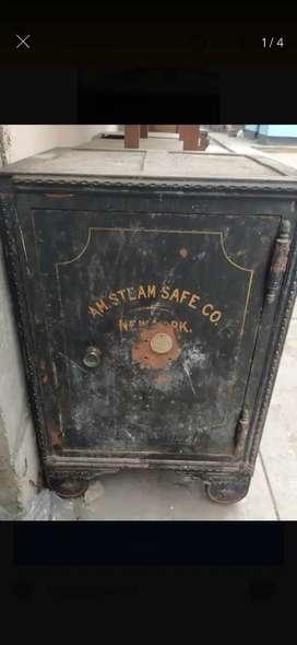 Antigua caja fuerte americana
