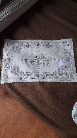 Mantel blanco con detalles en gris metalizado