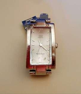 Reloj Q&Q superior funcionando perfectamente, debe reponerse la pila