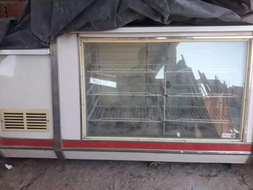 Vendo heladera exhibidora en buen estado. 0