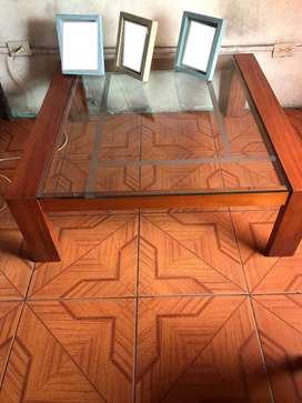Mesa decorativa de madera y vidrio.