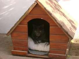Cucha  para perro de madera, usada
