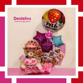 Detalles para enamorados con dulces, globos, fotos y peluche
