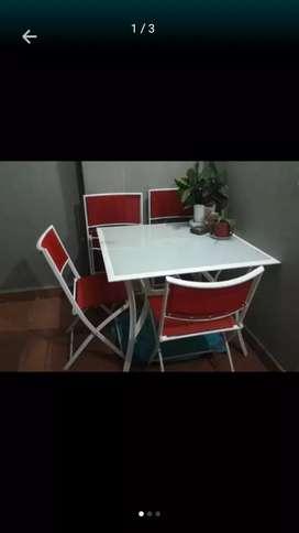Mesa y 4 sillas  de caño y tela impermeable roja.