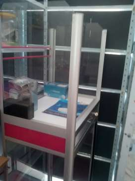 Se vende sistema para droquria y estantes y vitrinas