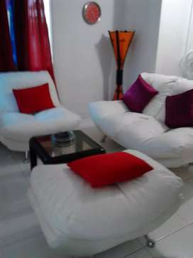 Se vende juego de sala moderno en muy muy buen estado de color blanco y a un excelente precio. Cuero de buena calidad.