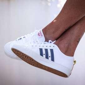 adidas nizza basketball- inspired sneakers  (color  blanco y negros)