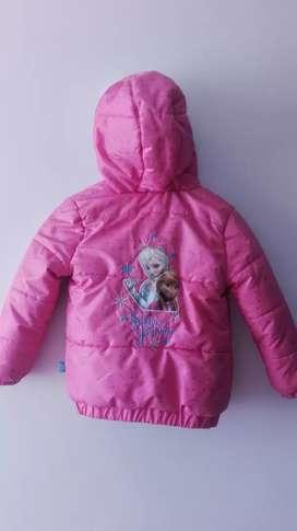 Vendo chaqueta usada para niña super abrigadora con capota