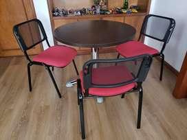 Mesa de madera y base cromada con tres sillas
