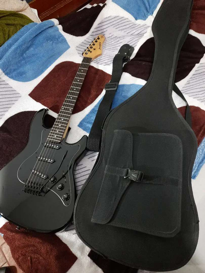 Guitarra electrica Strinberg usa tipo strato.