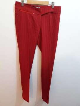 Pantalón de vestir rojo. Marca Alma
