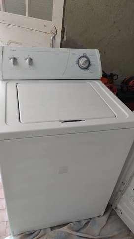 Se vende lavadora Whirlpool americana de 28 libras en excelente estado con tres meses de garantía .