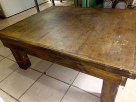 Mesa ratona de madera. Buena construcción.