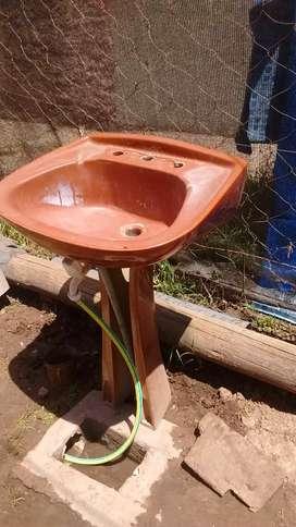 Pileta de baño marrón con apolladero