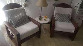 Vendo 2 sillones de algarrobo, incluye almohadones. .
