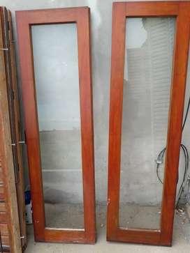 Ventana de Cedro, 1.00 x 1.70. Con rejas en el marco y dos hojas con sus vidrios.En excelentes condiciones.