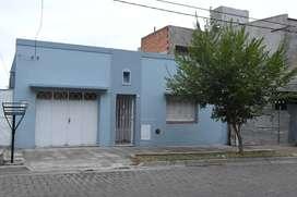 Alquilo casa-2hab. gde-living comedor gde-cocina amplia-galpón-fogón-patio extenso-se aceptan mascotas, SIN GARAGE