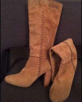 Botas Velez y sandalias Carolina Cruz