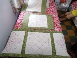 Pie de cama con fundas verdes bordados