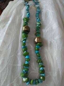 Collar de piedras y nácar turquesas y verdes con un toque dorado!. 40 cm de Largo