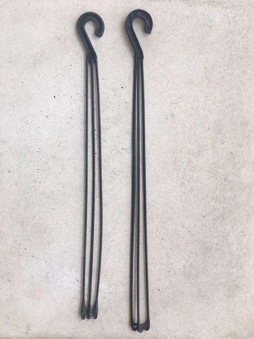 Set de 2 Ganchos Matri plásticos para macetas colgantes negros de tres agarres