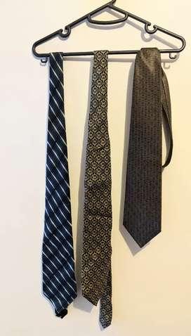 Corbatas de colores diferentes