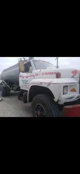 Tanquero para transportar agua, marca ford