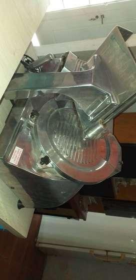 Heladera mostrador y máquina cortadora de fiambre