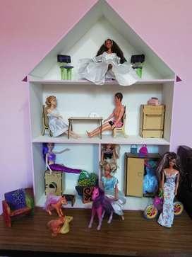 REGALA EN NAVIDAD: 1 Casa de muñecas c/muebles y muñecas incluida todooo.