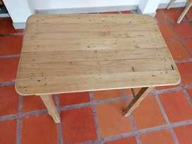 Sillas y mesa en madera recuperada de estibas
