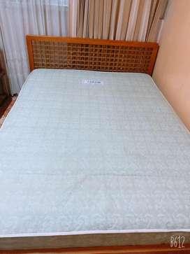 Remate de camas con colchon y mesita de noche
