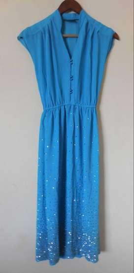 Vestido largo azul con detalles brillantes