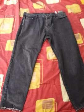 Jean para Hombre marca Pull & Bear, talla 38. Negro