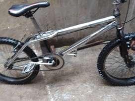 Vendo o cambio una bici bmx bicolor niquelado con negro la bici es de aluminio la cambio por un celular de gama media