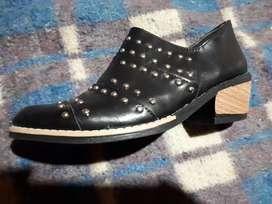 Vendo zapato negro con tachas