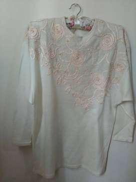 Remera de lana bordada con encaje y perlas rosa claro talle M. Envío gratis!