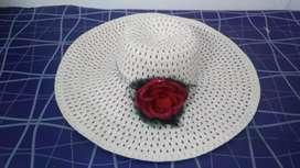 Capelina con flor roja