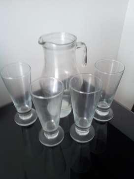 Jarra con 4 vasos en forma de copas
