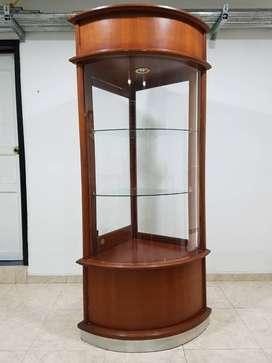 Vitrina tipo torre en madera y vidrio