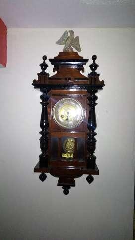 Reloj de pared clásico del siglo 18