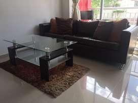 Se vende sofa en L excelente estado recien tapizado + tapete de sala