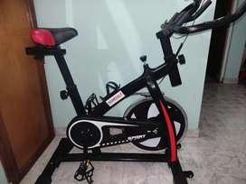 Bicicleta spinning con monitor y frecuencia cardíaca.