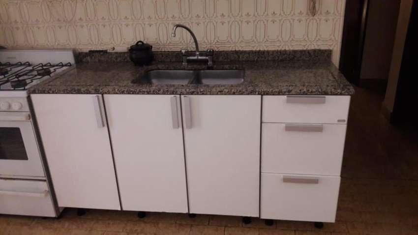 Muebles de cocina Johnson con mesada de granito y cocina Longvie 0