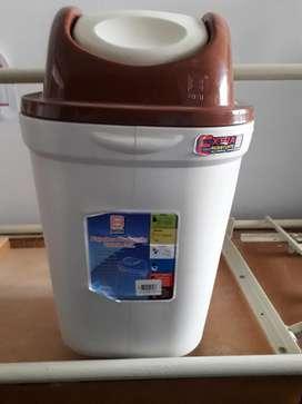 Tacho de basura 35 litros BASA. 35 soles