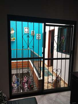 puerta vidriera y reja