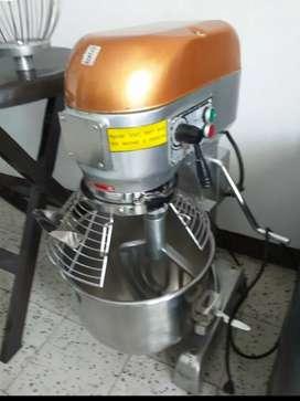 Es una batidora de 20 litros. Tiene muy poco uso y tiene todos los accesorios  Para panadería y repostería.